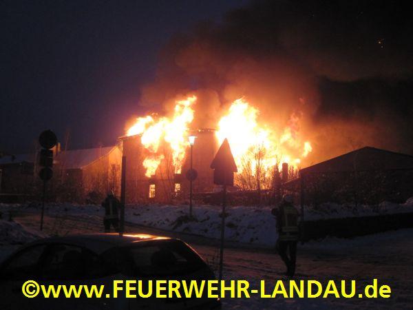 Beim Eintreffen der Feuerwehr schlugen die Flammen aus dem gesamten Geb?ude.