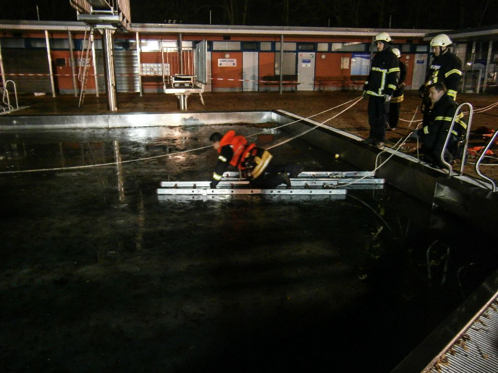 Gerüstet  für das Tauwetter - Eisrettungsübung im Freibad Landau
